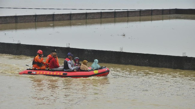 Luapan air sungai membanjiri rumah-rumah warga di Desa Pasuruan Lor, Kudus, Jawa Tengah, akibat jebolnya tanggul Sungai Gelis.