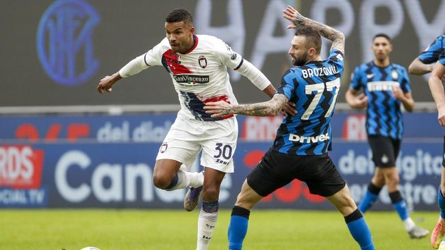 Gelandang anyar Inter Milan Hakan Calhanoglu menyumbang satu gol dan tiga assist dalam kemenangan Nerazzurri atas Crotone.