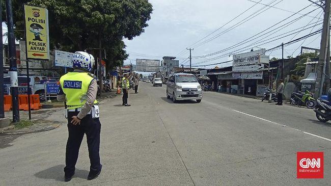 Polisi memutarbalikkan kendaraan wisatawan yang hendak ke Pantai Anyer sejak pukul 10.00 WIB, untuk menjaga kawasan tersebut tetap terisi 25 persen.