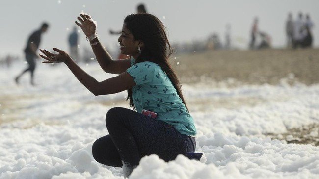 Pantai Marina di Chennai, India, mendadak berbusa. Pengamat lingkungan memperkirakan fenomena itu berasal dari limbah deterjen yang dibuang ke laut.