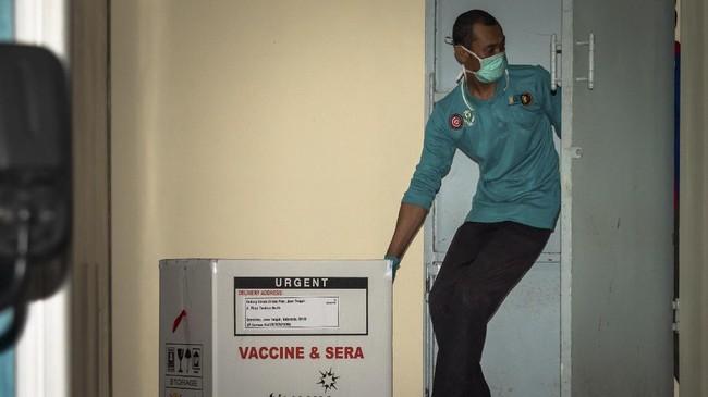 Meskipun belum mendapatkan izin penggunaan darurat (EUA) dari BPOM, pemerintah sudah mulai mengedarkan vaksin Sinovac ke daerah-daerah untuk vaksinasi Covid-19.