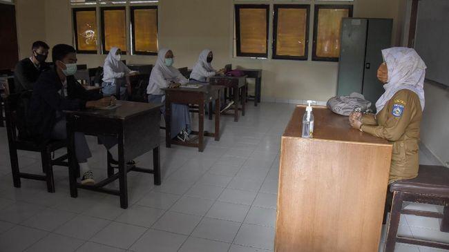 Kemendikbud menyatakan sekolah tidak boleh mewajibkan model pakaian khusus agama tertentu menjadi pakaian seragam sekolah.