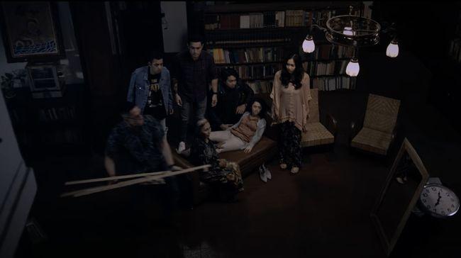 Berbagai kejadian mistik mengusik karyawan dalam film Keluarga Tak Kasat Mata. Berikut sinopsis film Keluarga Tak Kasat Mata.