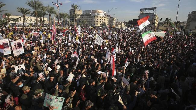 Puluhan ribu warga Iran turun ke jalan di kota Teheran untuk memperingati satu tahun kematian Jenderal Qasem Soleimani yang tewas dibunuh oleh Amerika Serikat.