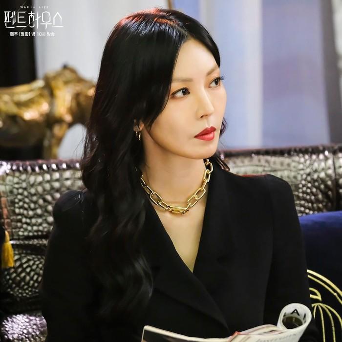 Kembali meronakan bibirnya dengan warna merah. Tokoh Cheon Seo Jin juga kembali memakai setelan blazer hitam, yang dipadu dengan perhiasan warna emas bermodel rantai.(Foto: Instagram.com/sbsdrama)