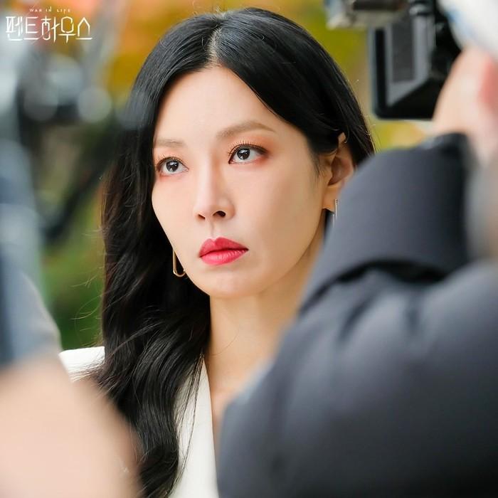 Meski rambut hitam, tak melulu harus memakai lipstik merah yang dipadukan dengan baju hitam untuk mempertegas tokoh Cheon Seo Jin. Kali ini blazer putih pun tetap membuatnya cantik dan elegan.(Foto: Instagram.com/sbsdrama)