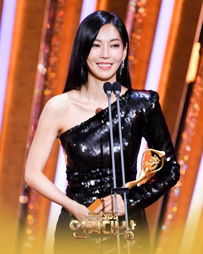 Bonus! Kim Seo Yeon kali ini hadir tanpa lipstik merah pekat, tetapi tetap elegan dan menawan pada malam penganugrahan SBS Drama Awards. Berkat perannya sebagai Cheon Seo Jin, dia meraih Top Excellend Awards untuk Actress in a Mid-Lenghth.(Foto: Instagram.com/sbsdrama)
