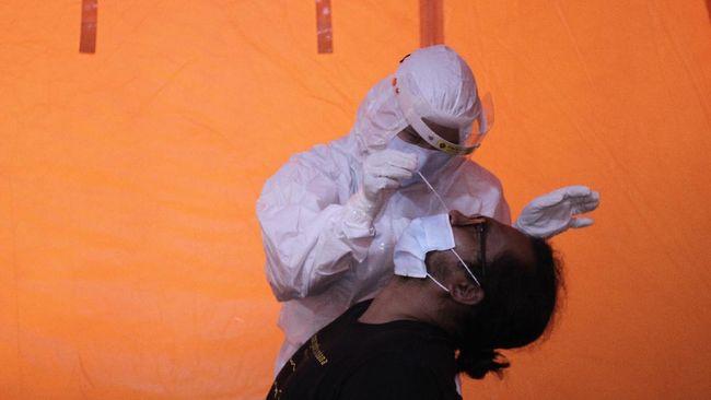 Jelang setahun pandemi, kasus positif corona mencapai 1.341.314 Senin (1/3). Pemerintah menerapkan PPKM mikro untuk menekan penularan.