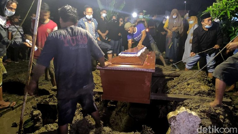 Mantan personel Trio Macan, Yuselly Agus Stevy alias Chacha Sherly meninggal usai kecelakaan. Jenazahnya diketahui dimakamkan di kawasan Sidoarjo, Jawa Timur.