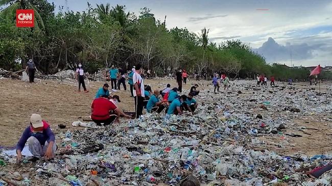 VIDEO: Pantai Kuta Bali Disambangi Sampah pada Tahun Baru