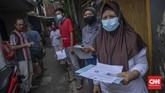 Pos Indonesia mulai menyalurkan bansos tunai ke masyarakat yang mengalami tekanan ekonomi akibat corona, salah satunya di Kenari, Jakpus. Berikut gambarannya.