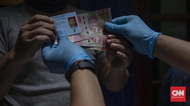 Ekonom meminta pemerintah memperbaiki proses penyaluran bansos supaya pemotekan yang dilakukan sejumlah oknum di tengah pandemi covid tak terus terjadi.