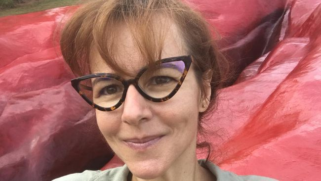 Juliana Notari sosok seniman feminis yang kerap mengekspresikan kritikan atas eksploitasi melalui karya seni seperti patung vagina raksasa.