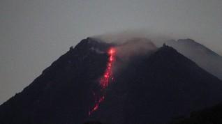 Gunung Merapi Muntahkan 10 Lava Pijar Mengarah ke Kali Krasak