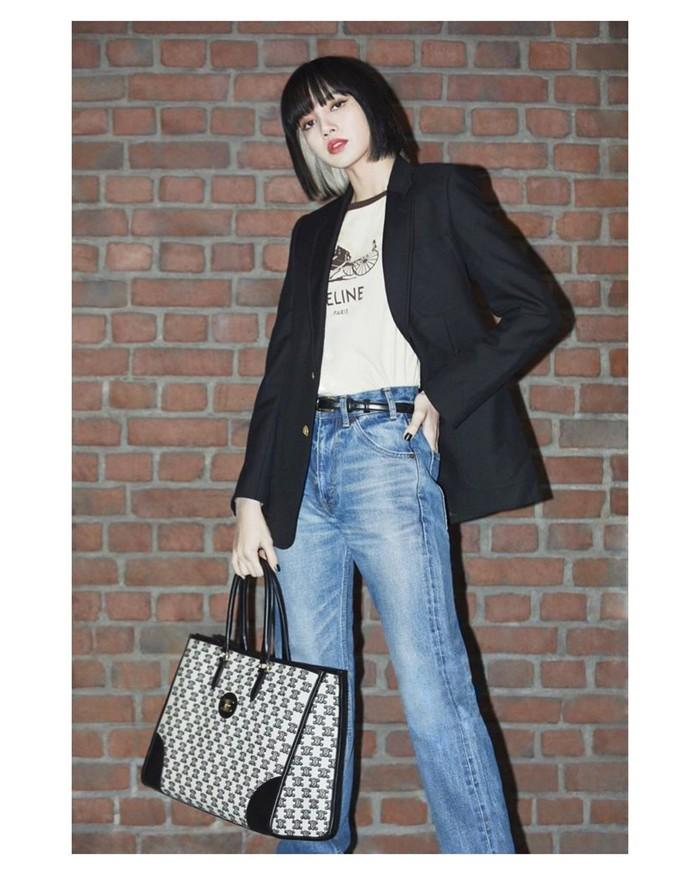 Pilihan blazer hitam bisa menjadi inspirasi kamu untuk penampilan semi formal. Wanita berdarah Thailand ini memadukan blue jeans dengan t-shirt putih. Handbag besar sebagai pelengkap stylenya. Jika tidak memiliki handbag kamu bisa ganti dengan sling bag,Ladies. (Foto: Instagram/lalalalisa_m)