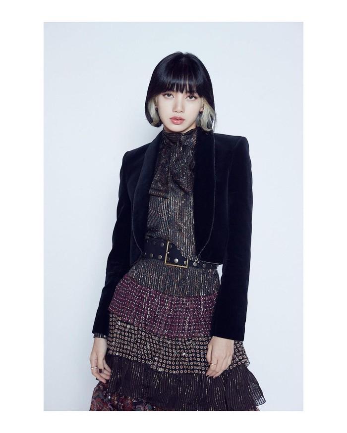 Tampil ke pesta dengan blazer? Bisa banget! Kamu bisa contek inspirasi Lisa menggunakan blazer hitam berbahan suede yang memberikan kesan elegan untuk berpesta. Lisa memadukannya dengan dress yang ditambah dengan belt di pinggangnya.(Foto: Instagram/lalalalisa_m)