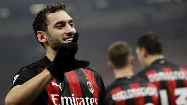Dua bintang AC Milan Hakan Calhanoglu dan Theo Hernandez dikonfirmasi positif virus corona jelang melawan Cagliari.