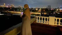 <p>Tak hanya bangian depan dan dalam rumah, Zaskia juga memamerkan bagian rooftopnya lho, Bunda. Nantinya, dari sana ia bisa bisa melihat gemerlap lampu kota saat malam seperti potret berikut.(Foto: Instagram @zaskiasungkar)</p>