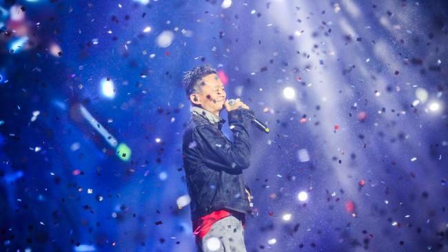 Selain pandai berbisnis, pendiri Alibaba, Jack Ma juga lihai beraksi di atas panggung. Ma juga piawai bermain gitar menghibur para penggemarnya.