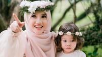 <p>Tasha Said baru saja melahirkan anak kedua. Bayi perempuan yang cantik itu diberi nama Hafizah Putri Faturrakhman. Namanya indah sekali ya, Bunda? Sedangkan anak pertama Tasha dan Hafiz yang di foto ini bernama Kayla Faturrakhman. (Foto: Instagram @astria_said)</p>
