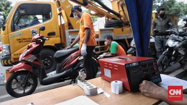 Pemerintah Provinsi DKI Jakarta menggelar uji emisi gratis untuk pertama kalinya pada 6 Januari 2021 di Jalan Pemuda, Jakarta Timur.
