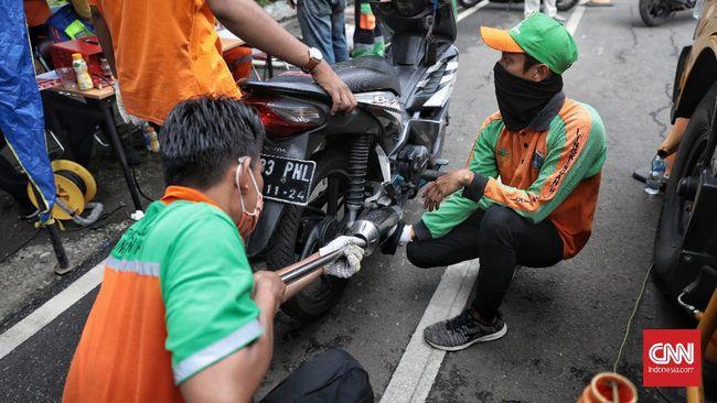 Pemerintah Provinsi DKI Jakarta menerapkan mobil dan motor berusia lebih dari tiga tahun wajib lulus uji emisi.