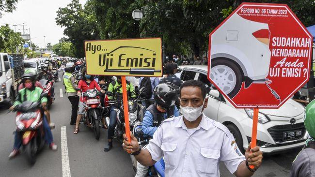 Terjadi antrean panjang kendaraan yang hendak uji emisi di kawasan, Kemayoran, Jakarta Pusat, namun disampaikan Dinas LH DKI sudah terurai.