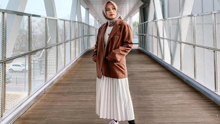 8 Inspirasi Mix and Match Rok Plisket ala Hijabers Bianca Kartika