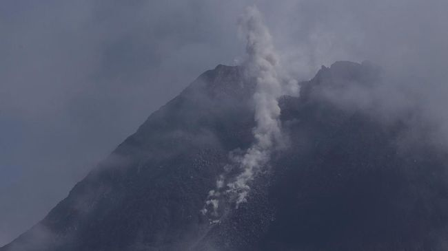 Gunung Merapi mengeluarkan awan panas guguran sejauh 600 meter ke hulu Kali Krasak pada Sabtu (9/1). Statusnya tetap di level siaga.