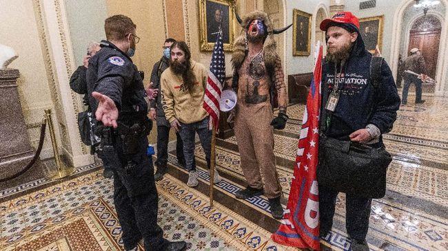 Dua anggota kepolisian yang bertugas di Capitol Hill diskors setelah diduga terlibat dalam aksi kerusuhan massa pendukung Trump.