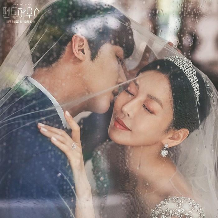 Potret mesra pasangan suami-istri juga bisa dicontoh dari pose pasangan pemeran Ha Yoon Cheol (Yoon Jong Hoon) dan Cheon So Jin (Kim So Yeon). Dengan pose seakan pria memeluk pipi wanita yang matanya terpejam juga bisa jadi ide shoot foto yang unik.Sumber/Instagram/sbsdrama.official