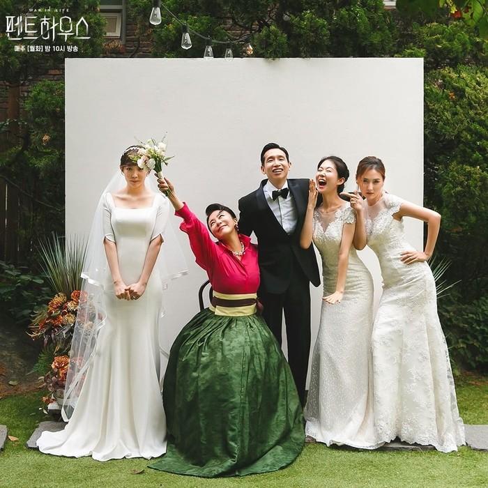 Bingung potret keluarga yang formal? Potret bahagia satu ini juga bisa jadi pilihan saat pasangan baru menikah dari tokoh Lee Kyu Jin (Bong Tae Kyu) dan Go Sang Ah (Yoon Joo Hee). Eits! Jangan sampai ketutupan saking hebohnya difoto, ya.Sumber/Instagram/sbsdrama.official.