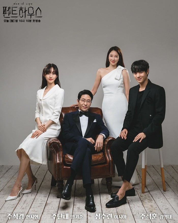 Pose keluarga lengkap orang tua bersama anak juga bisa dicontoh dari keluarga Joo Dan Tae dan Shim So Ryeon dengan kedua anak kembar mereka, Joo Seok Hoon (Kim Young Dae) dan Joo Seok Kyung (Han Ji Hyun) yang memakai pakaian senada.Sumber/Instagram/sbsdrama.official