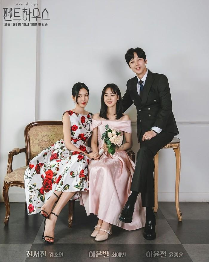 Foto keluarga tak harus selalu mengenakan pakaian warna senada, bisa juga bercorak dengan warna berbeda. Salah satunya dari contoh potret kedekatan keluarga tokoh Cheon So Jin dan Ha Yoon Cheol bersama putri mereka Ha Eun Byeol (Choi Ye Bin).Sumber/Instagram/sbsdrama.official.