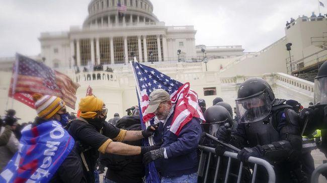 Kerusuhan yang terjadi di Gedung Capitol Hill bermula ketika pendukung Trump menyerbu dan merusak gedung sebagai protes menolak pengukuhan kemenangan Biden.