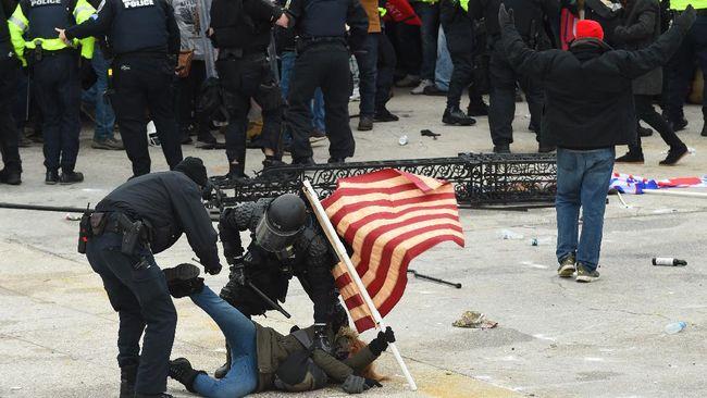 Sebanyak 52 orang ditangkap kepolisian usai rusuh di gedung Capitol memprotes pengesahan Joe Biden sebagai Presiden AS.