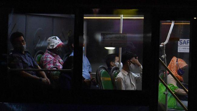 Operasional 4 moda transportasi yakni TransJakarta, angkutan umum reguler, MRT dan LRT dibatasi hingga pukul 21.00 WIB, lebih panjang sejam dari sebelumnya.