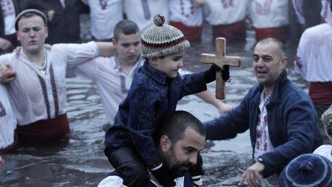 Umat Kristen Ortodoks di Bulgaria merayakan efifani di tengah pandemi virus corona untuk menjaga tradisi.
