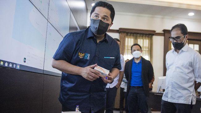 Menteri BUMN Erick Thohir menjenguk sejumlah pegawainya yang menjalani isolasi mandiri. Erick juga memberikan beberapa vitamin, seperti C dan D.