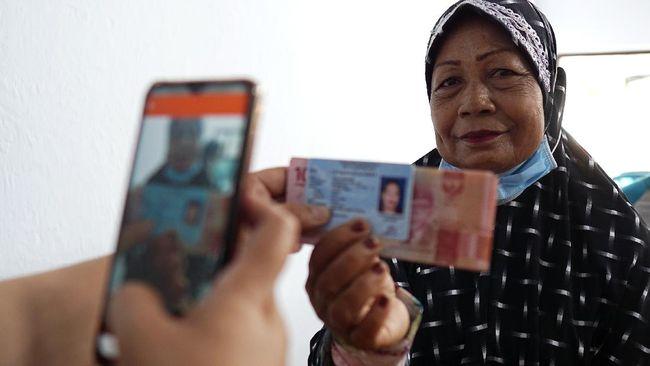 Langkah Mensos Tri Rismaharini dinilai tergesa-gesa karena warga miskin masih butuh bantuan sosial tunai selama pandemi belum usai.