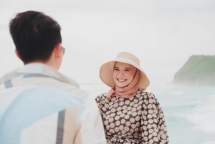 Aura kebahagiaan keduanya seolah terpancar nyata karena kehadiran calon buah hati pertamanya. Meski Covid-19 tengah melanda, keduanya tetap menyempatkan babymoon dengan pergi ke Bali. (Foto: instagram.com/zaskiasungkar15)