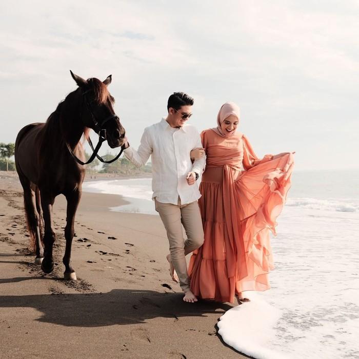 Saat babymoon Irwansyah dan Zaskia juga menyempatkan mengambil foto di momen-momen bahagianya itu. Ia terlihat mengenakan dress pink, peach dan juga dress dengan polkadot yang makin membuatnya terlihat cantik. (Foto: instagram.com/zaskiasungkar15)