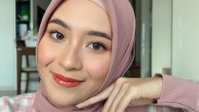 8 Gaya Hijab Simpel Bianca Kartika, Influencer Cantik yang Tinggal di Korea