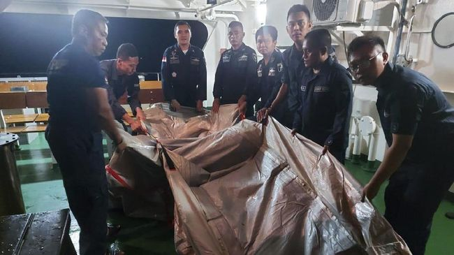 Petugas Direktorat Jenderal Perhubungan Laut Kemenhub menemukan barang yang diduga merupakan tangga darurat di pintu pesawat SJ 182.