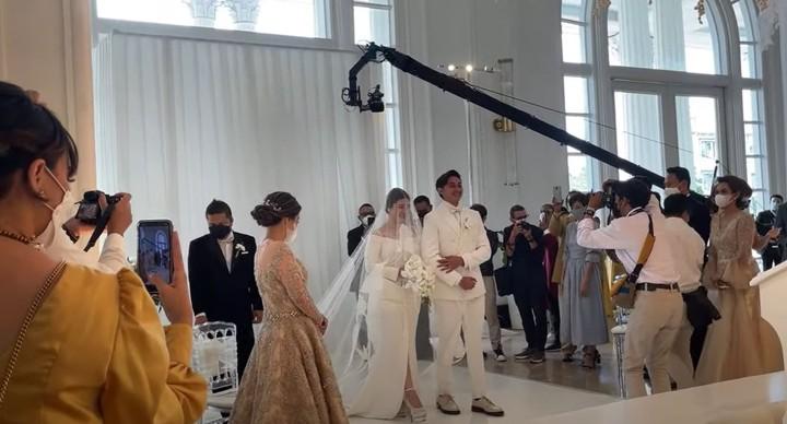 Dalam acara tersebut, Caesar nampak gagah dengan setelan jas dan kemeja serba putih, sementara Felicya nampak cantik dan anggun dalam balutan gaun putih dan veil panjang. (Foto: YouTube Felicya Angellista)