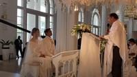 <p>Pendeta memberikan nasihat pada keduanya, pasangan ini pun duduk dan khusyuk mendengarkan. (Foto: YouTube Felicya Angellista)</p>