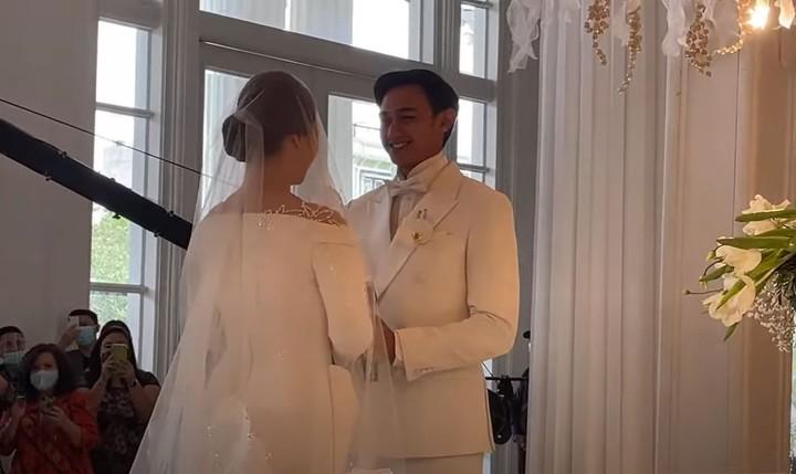 Momen keduanya saat mengucapkan janji pernikahan, manis dan penuh haru sekali ya, Bunda. (Foto: YouTube Felicya Angellista)