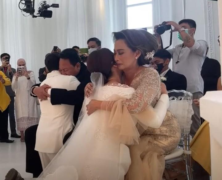 Prosesi sungkeman yang sangat mengharukan, baik Hito dan Felicya, serta kedua orang tua mereka sampai berurai air mata. (Foto: YouTube Felicya Angellista)
