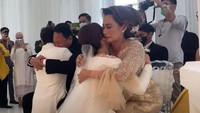 <p>Prosesi sungkeman yang sangat mengharukan, baik Hito dan Felicya, serta kedua orang tua mereka sampai berurai air mata. (Foto: YouTube Felicya Angellista)</p>