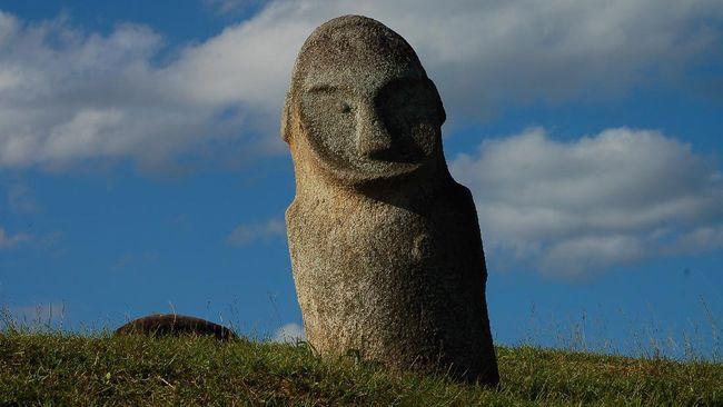 Patung raksasa seperti menanti kehadiran manusia di Lembah Bada, Kabupaten Poso, Sulawesi Tengah.